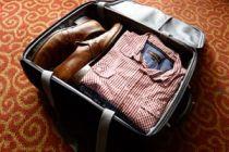 Cómo quitar las arrugas de la ropa guardada en una maleta