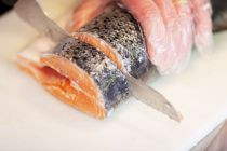 Cómo cortar en rodajas un pescado redondo