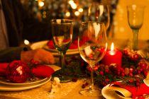 Una Mesa Roja y Dorada para la Cena de Navidad
