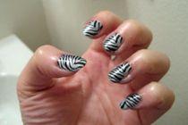 Decoración de uñas animal print al estilo cebra