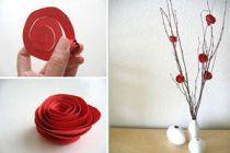 Un florero con ramas y flores de papel