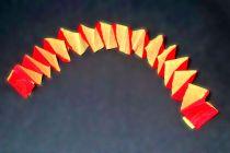 Pasos para hacer guirnaldas de papel cruzadas. Cómo decorar con guirnaldas de papel crepé. Guirnaldas cruzadas con papel crepé en dos colores