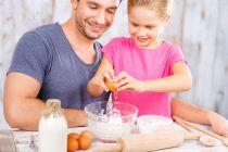 Guía para enseñar a cocinar. Cómo enseñar a cocinar a los niños. Tips para enseñarle a alguien a cocinar.